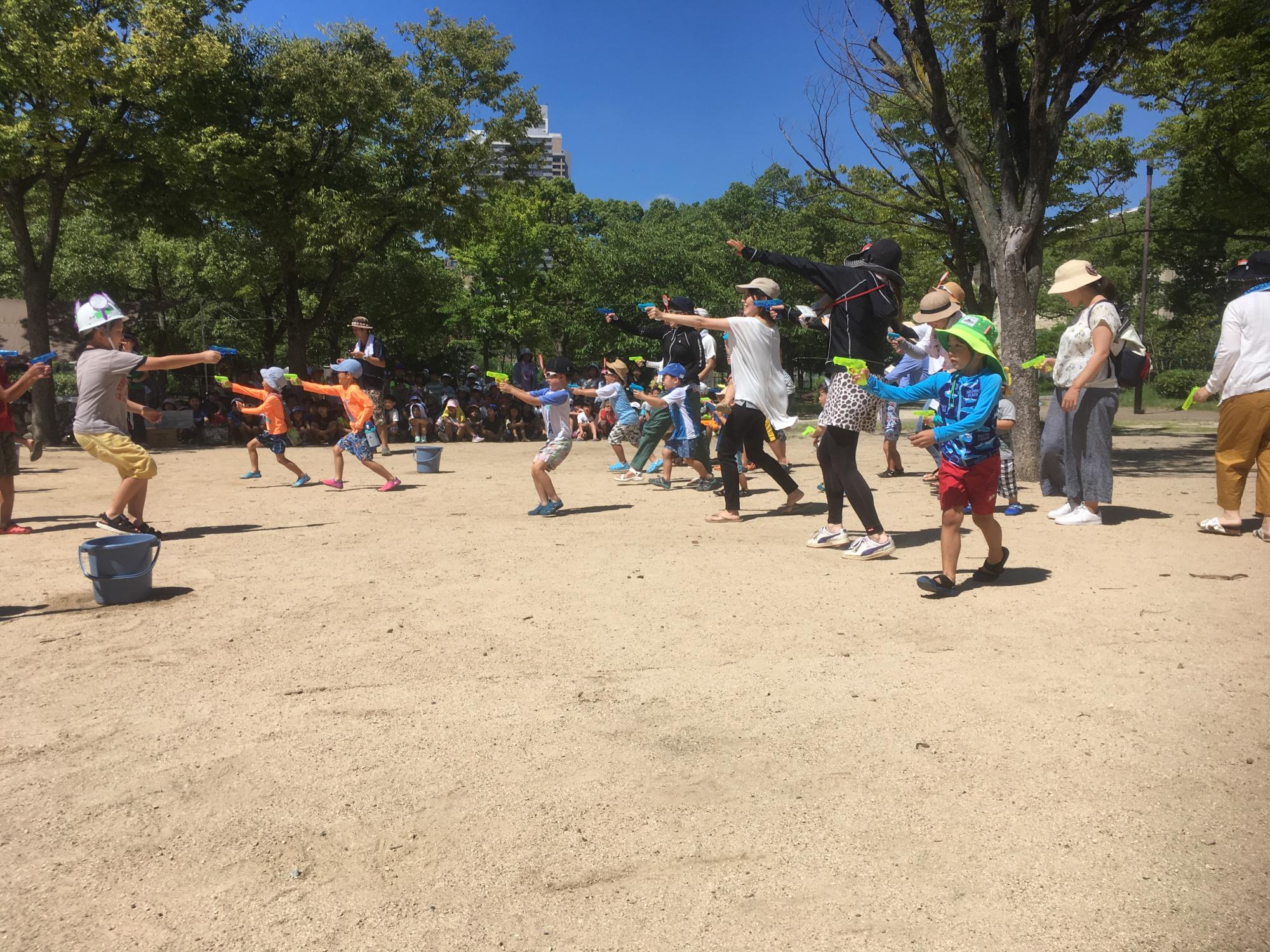 神戸市立六甲道児童館「すこやかクラブ・学童さん水鉄砲バトル」