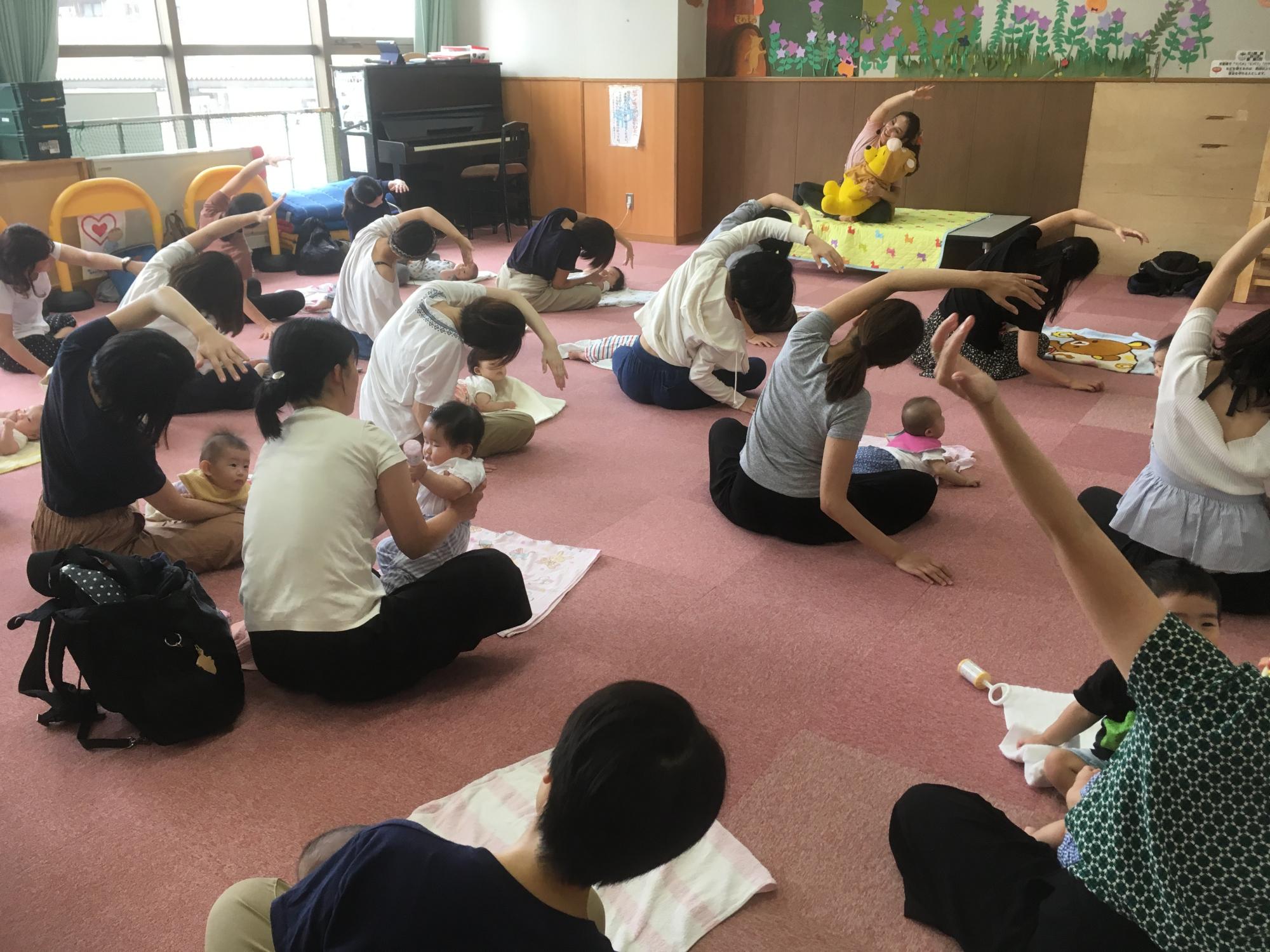 神戸市立六甲道児童館「赤ちゃんとママのふれあいヨガ」