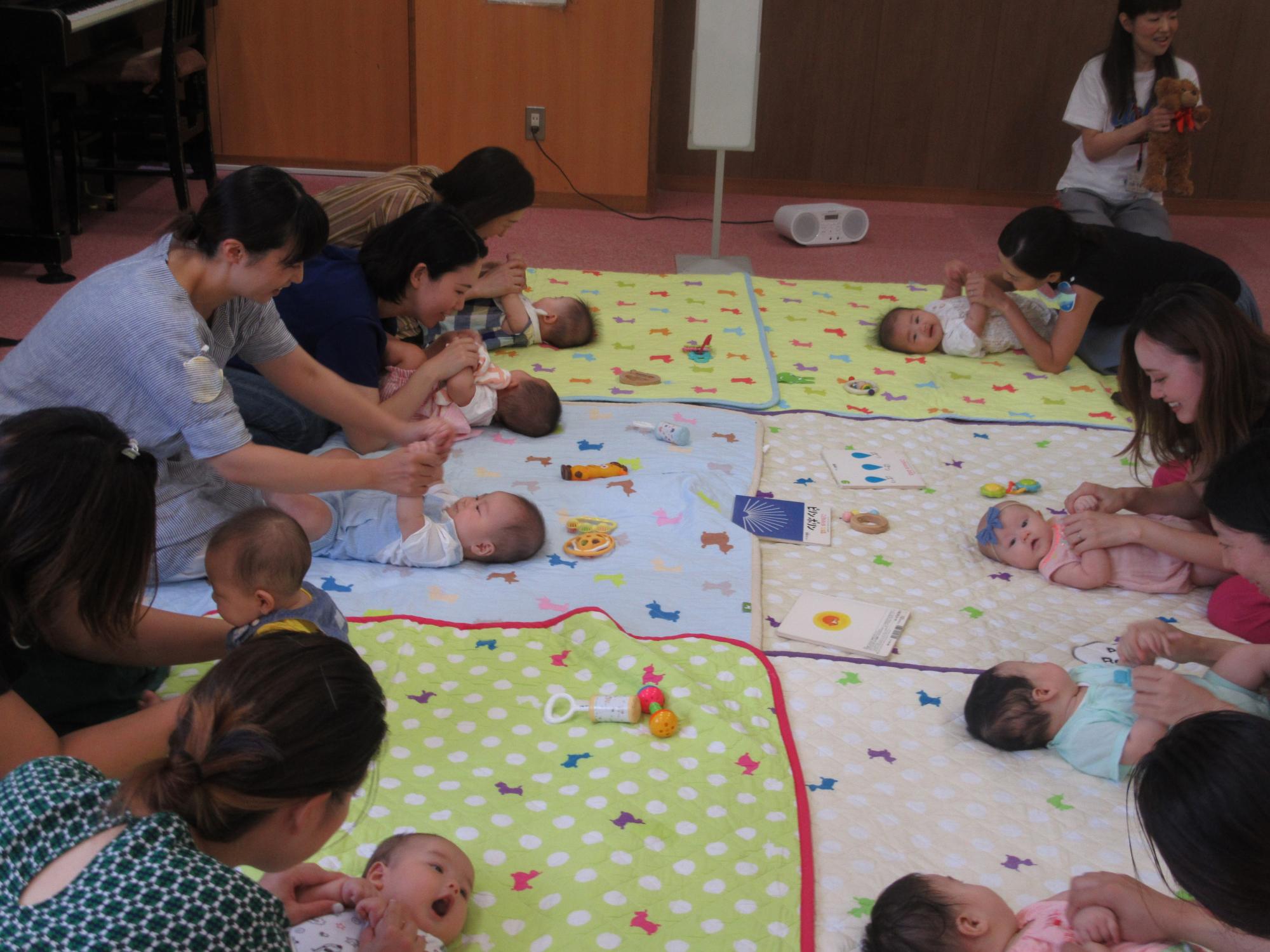 神戸市立六甲道児童館「あかちゃんのおへや」(1~8か月の赤ちゃん)