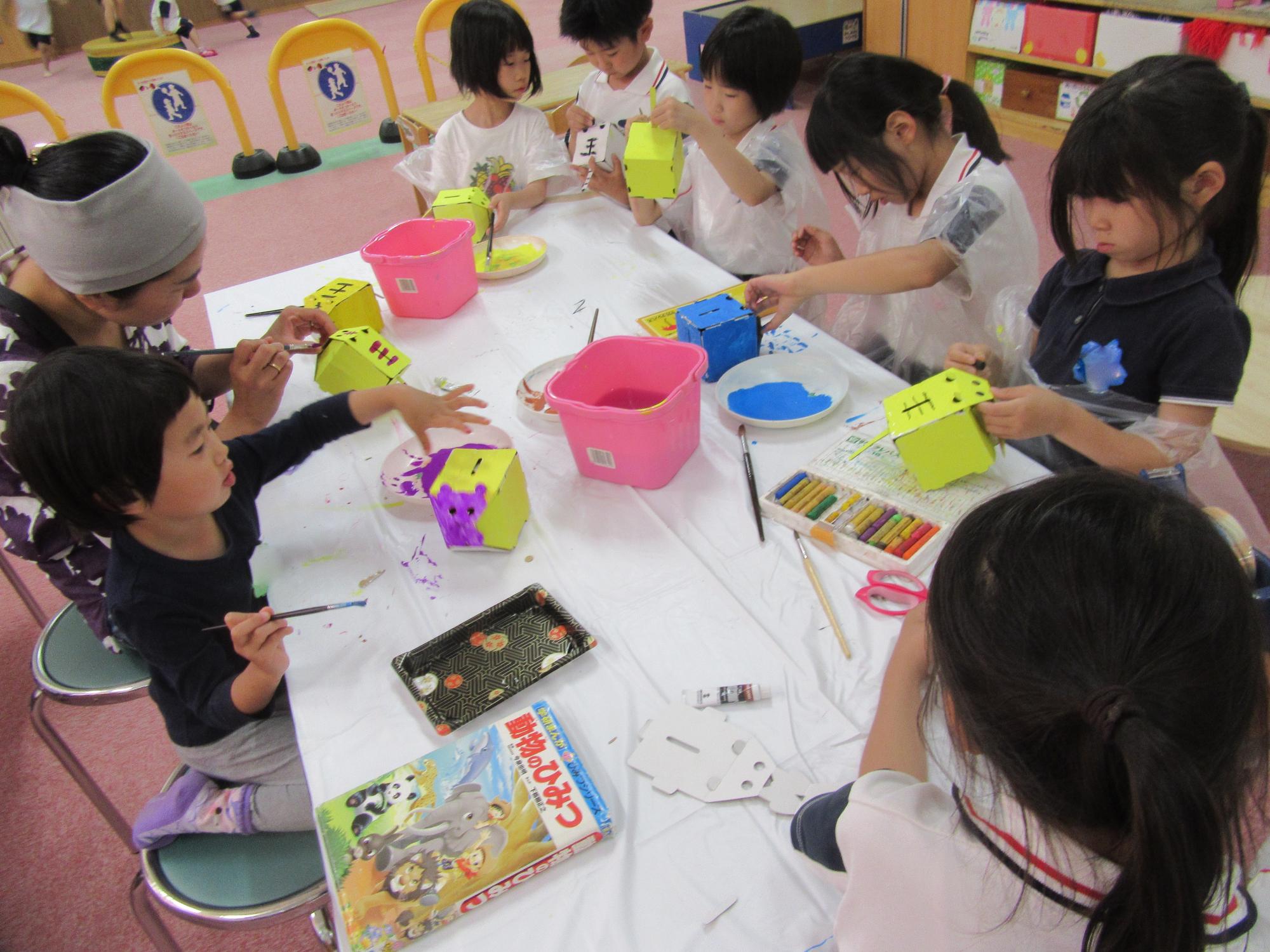 神戸市立六甲道児童館「最近の学童さん・貯金箱作りとお誕生日会」
