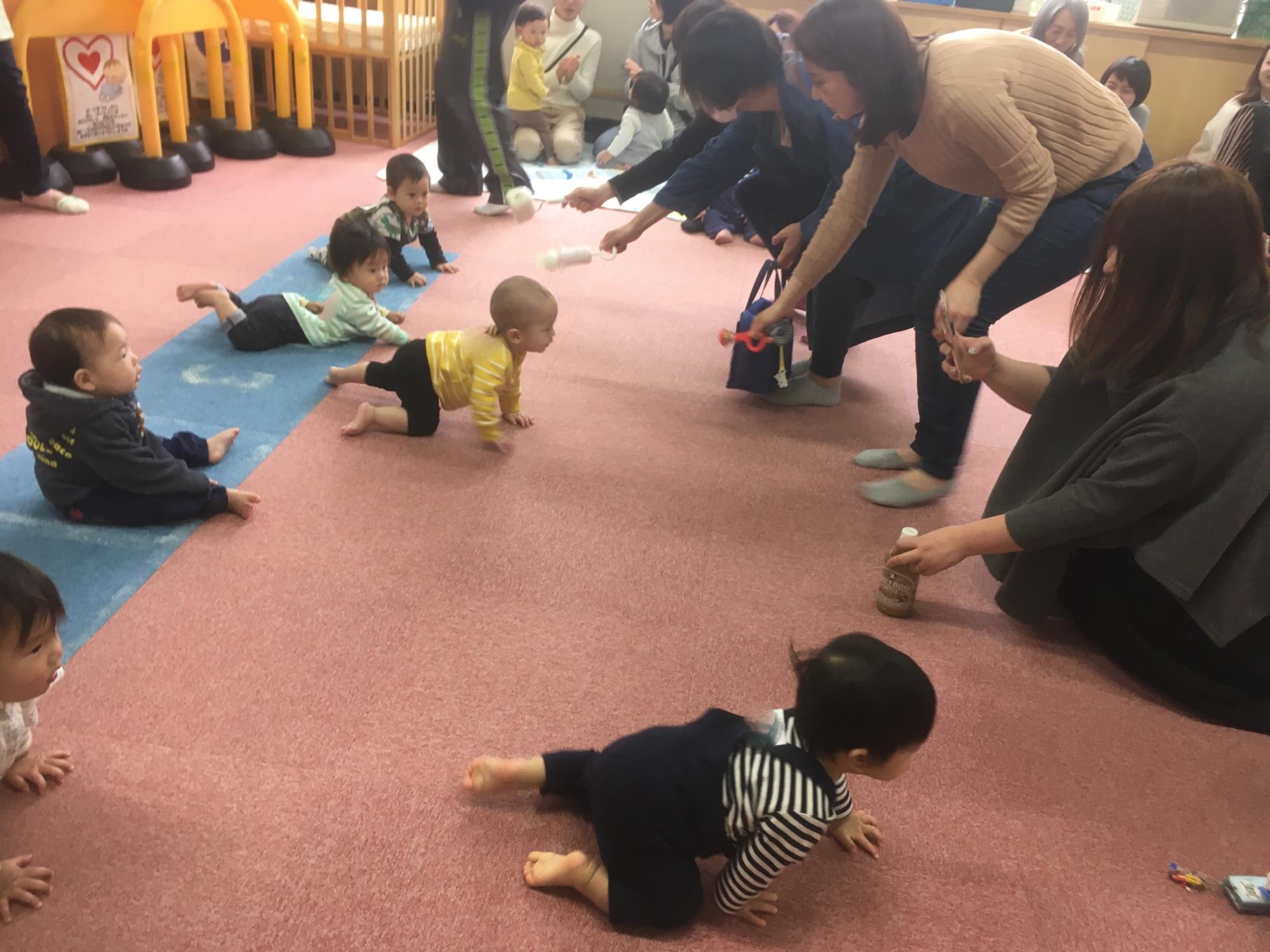 神戸市立六甲道児童館「赤ちゃんハイハイカタカタレース」