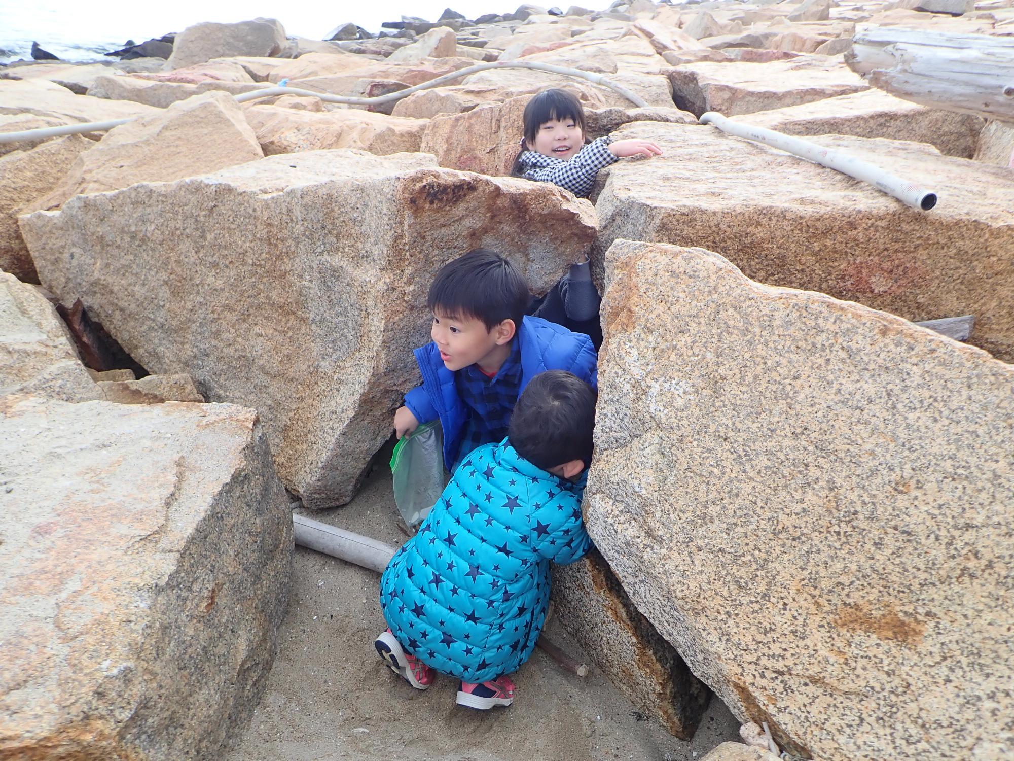 12月15日土曜キンダー 浜辺で見つけた秘密基地