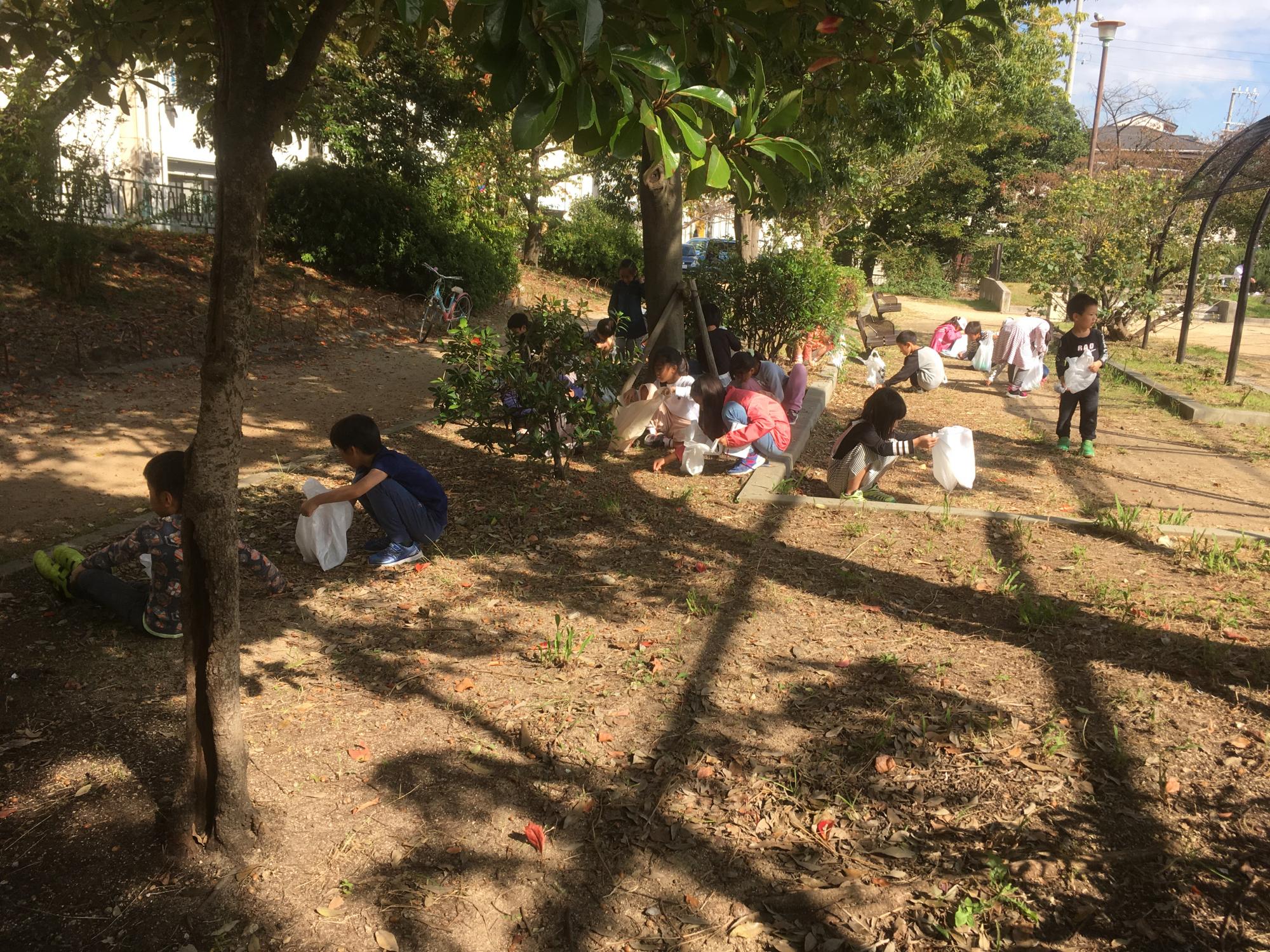 神戸市立六甲道児童館「どんぐり拾い遠足」